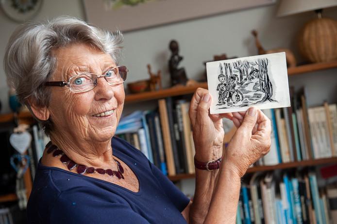 Half verscholen tussen een aantal folders vond Diesje Janssen-Holla een vijftig jaar oude kerstkaart op haar mat. Foto Olaf Smit