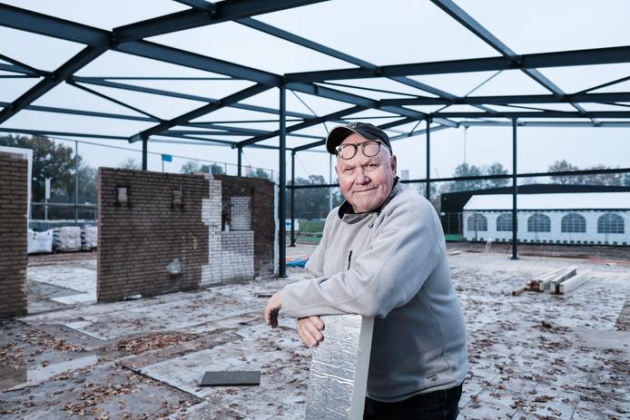 """Geurt van de Kuit van Angerlo Vooruit poseert voor de fotograaf. ,,En daarna snel weer aan het werk, want er is nog zat te doen"""", aldus de vrijwilliger van de voetbalclub."""