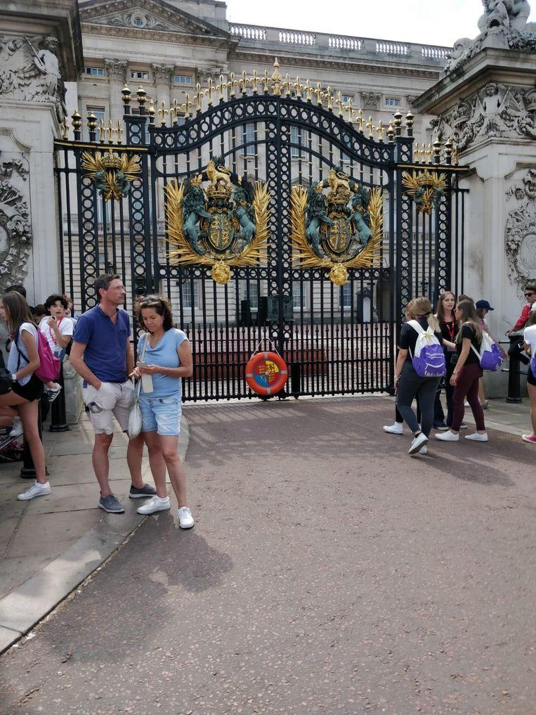 Het kunstwerk van Herck bleef uren aan de poorten van het paleis hangen.