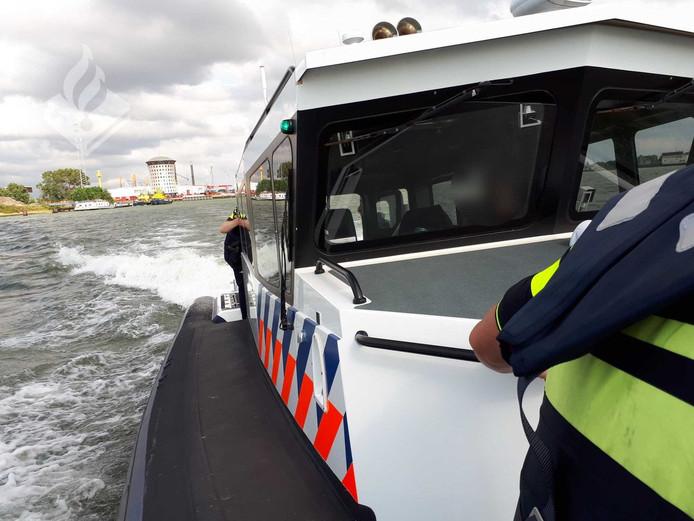 De boot waarmee de inbreker naar het bureau werd vervoerd.