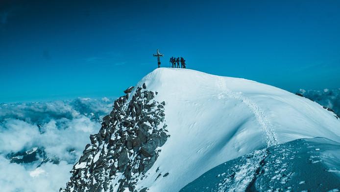 Deze vriendengroep staat op de top van de Grossvenediger in Oostenrijk. Ze vertrokken om 04.30 uur uit een berghut en kwamen na ruim vier uur op deze plek aan.