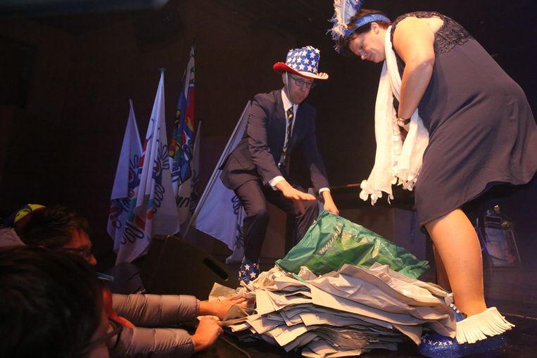 Den Belleman en de Bellevraa werden overstelpt met zakken van Dem's tijdens de Prinsenverkiezing in Halle.
