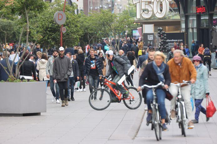 Het is behoorlijk druk in de Grote Marktstraat.