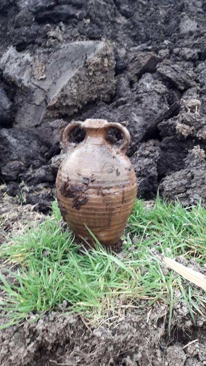 Archeologen zijn verrukt over de vondst van deze puntgave kruik bij Kampen. Ze is minstens 500 jaar oud.