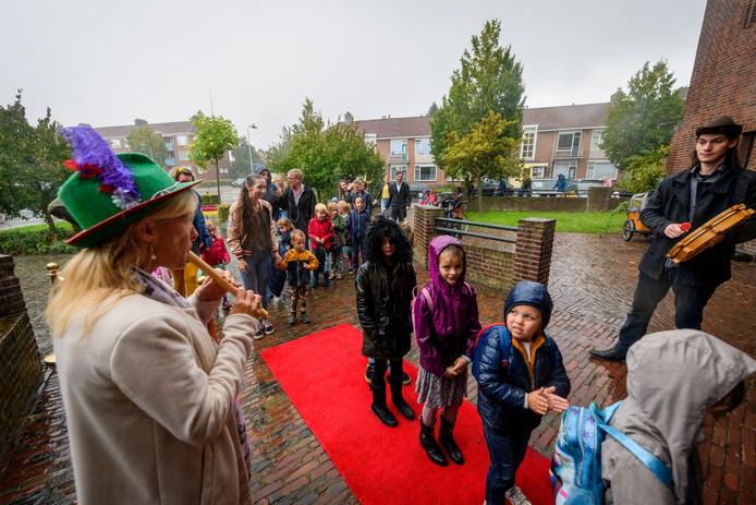 ENSCHEDE - Basisschool De Noorderkroon opent met een ludieke opening haar deuren nadat zij een week waren gesloten door rattenoverlast.