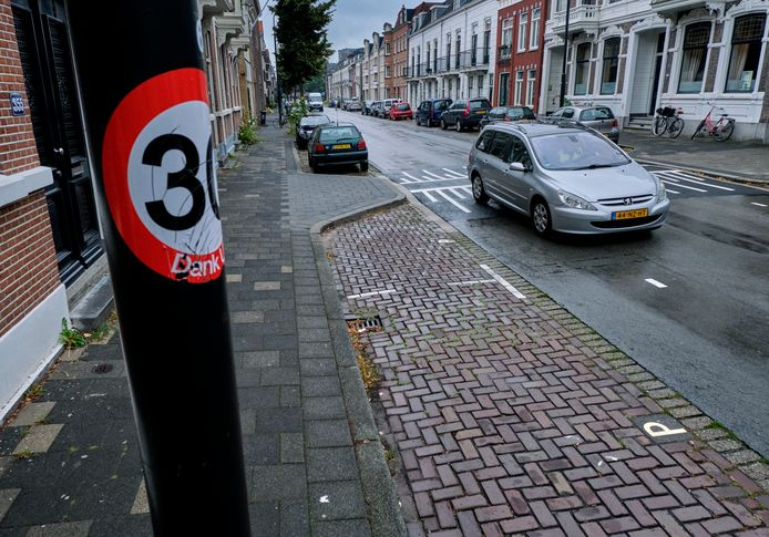 De stickers op de Cuypsingel in Dordrecht worden genegeerd. Soms wordt zelfs geprobeerd ze weg te halen.