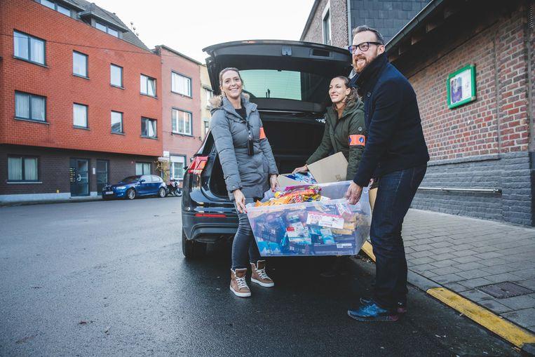 Liesbet De Pauw, Stefanie Hermans en Matto Langeraert laden de buit uit de auto