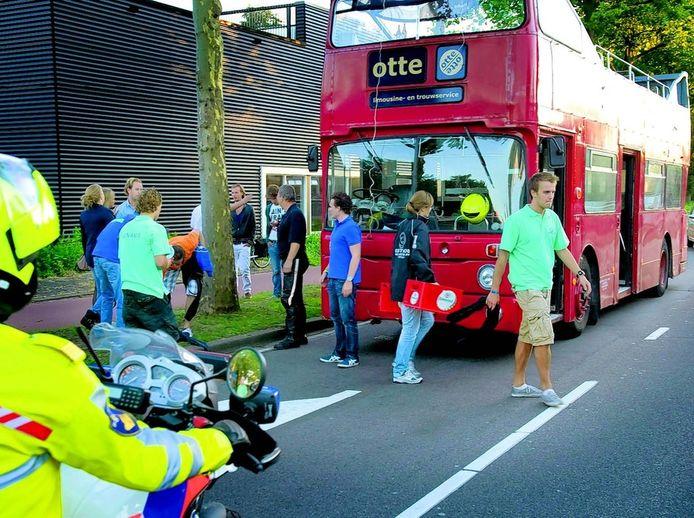 Als de hulpdiensten de slachtoffers uit de bus hebben gehaald en de politie het onderzoek in de bus heeft voltooid, kunnen de studenten hun spullen eruit halen. FOTO'S MARNIX SCHMIDT