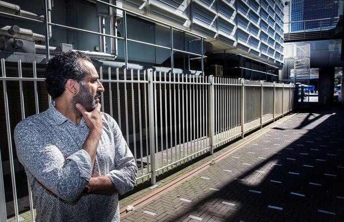 Samir Harchaoui, eigenaar van Minglemush ondervindt veel overlast van zwervers op en rond het Anna van Buerenplein. Zoals in deze steeg die hij eigenlijk afgesloten wil hebben.