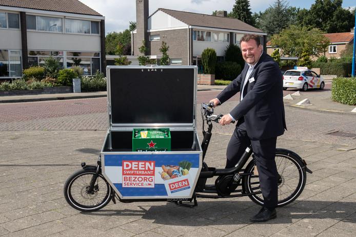 Bob van Althuis laat de elektrische bakfiets zien, waarmee Deen de boodschappen bezorgt in Swifterbant.