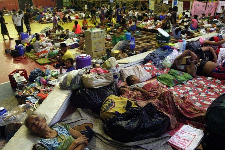 Bewoners van de Filipijnen zoeken een veilig heenkomen in een schoolgebouw. Beeld epa