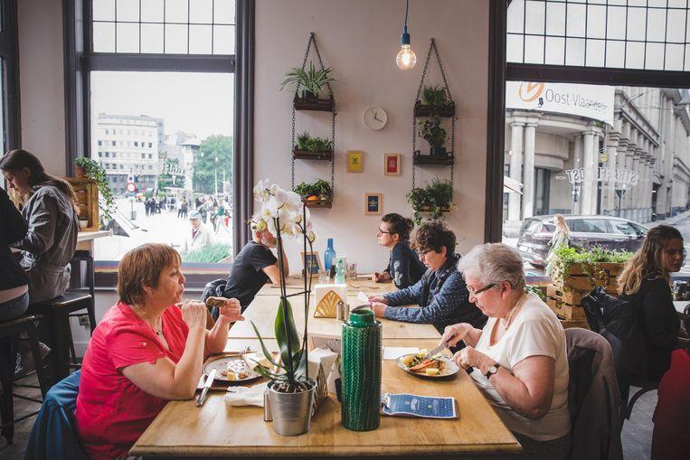 Ook iets oudere hongerigen vinden de weg naar het nieuwe pop-upstudentenrestaurant van Lidl.