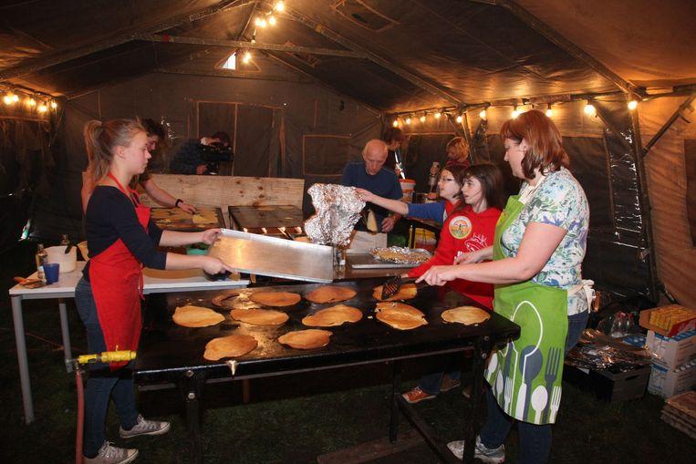 Vrijwilligers bakten 2.500 pannenkoeken voor de 800 mensen die op stap gingen voor Vredeseilanden.