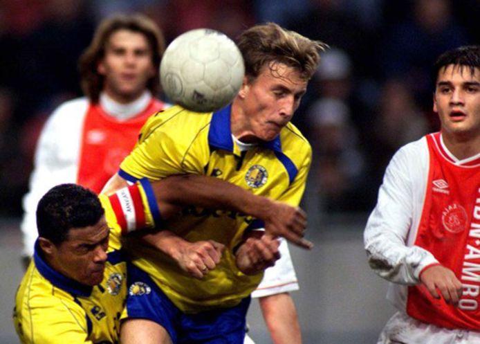 Tim Cornelisse en David Nascimento verdedigen de 1-2 voorsprong in de Arena in 1999. Frank Verlaat (l) en Chivu.