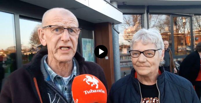 """Albert Botter en mede-buurtbewoner Wichertje Bos hebben allebei een huurwoning in de Veenstraat: """"Het vertrouwen is helemaal weg. We moeten van een twee-onder-een-kapwoning naar een rijtjeswoning."""""""