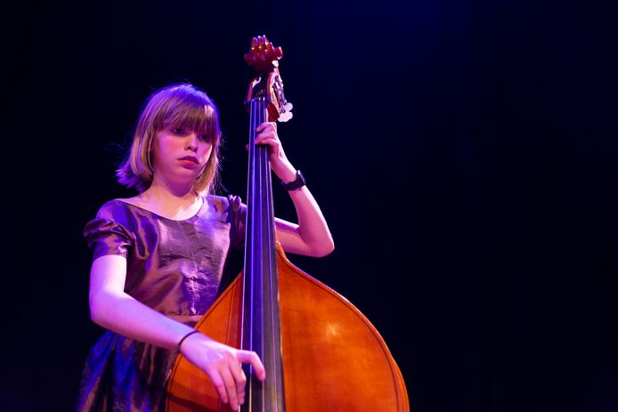 Jala Heywood speelt contrabas en geeft een concert met het Koninklijk Conservartorium.