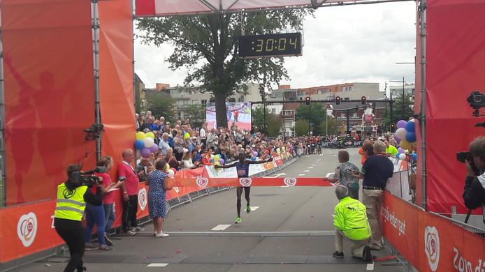 Lonah Chemtai Salpeter pakt verrassend uit met een winnend parkoersrecord 10 km