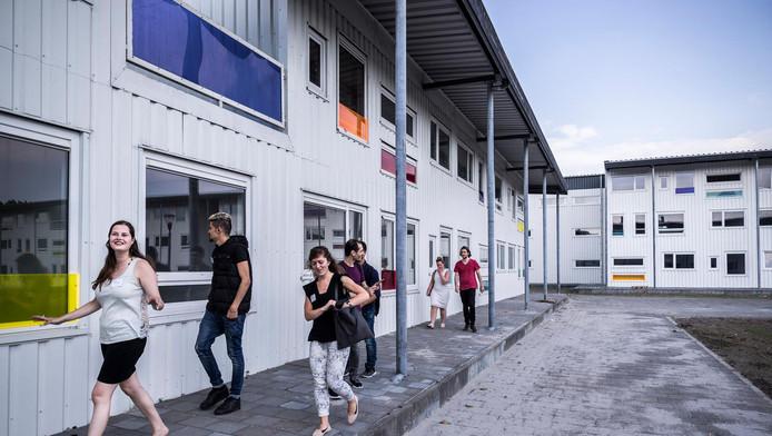 In een wooncomplex in Riekerhaven wonen 565 statushouders samen met Nederlandse jongeren.