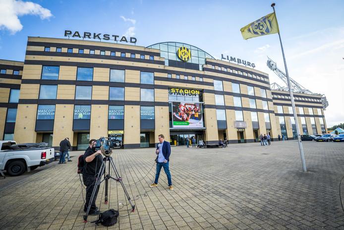 Verslaggevers verzamelen zich voor het stadion van Roda JC.