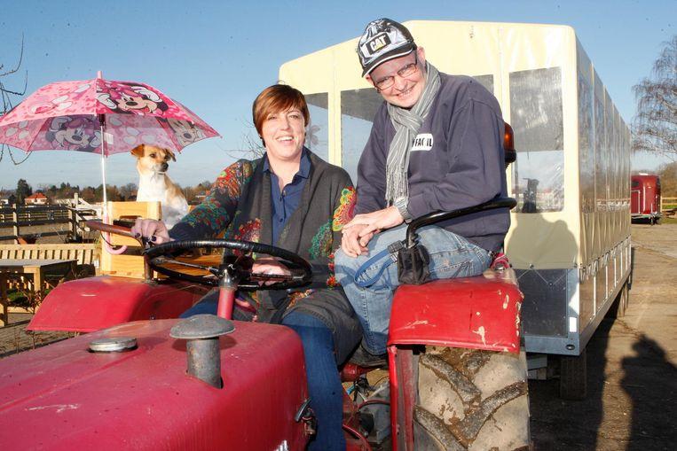 Els Deboes en trouwe helper Ronny op de grote huifkar van de hoeve.