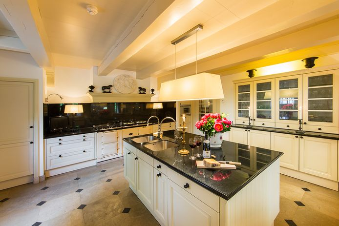 De woonkeuken heeft een semi-professioneel AGA-fornuis.