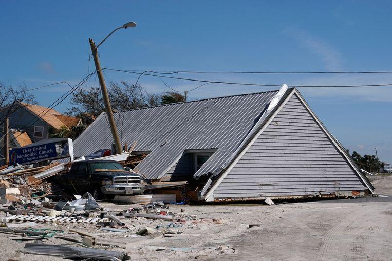 Het dak van een huis is weggeblazen en ligt midden op straat in Mexico Beach.
