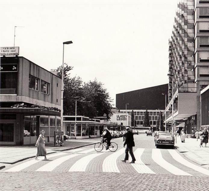 De kruising Kruiskade-Lijnbaan in 1985.  Ook vroeger was de Kruiskade al toppunt van chic. Foto AD-Rotterdams Dagblad/RN Lex de Herder