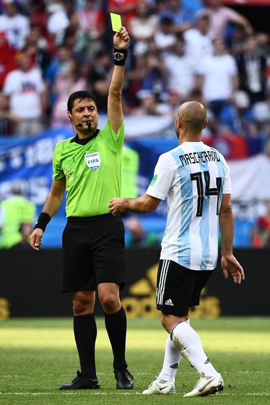 Mascherano ontvangt de prent van scheidsrechter Alireza Faghani.