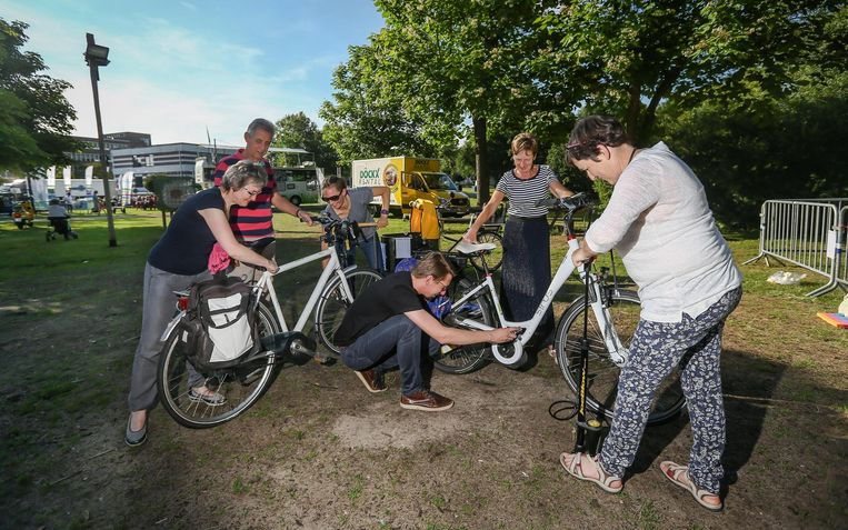 Bezoekers van Parkies laten hun fiets op punt zetten, met dank aan de Fietsersbond.