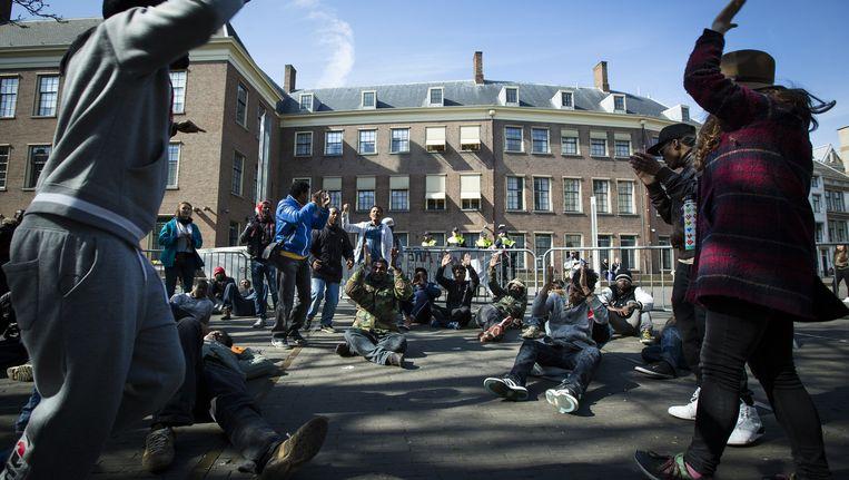 Uitgeproceerde asielzoekers demonstreren in Den Haag. Beeld null