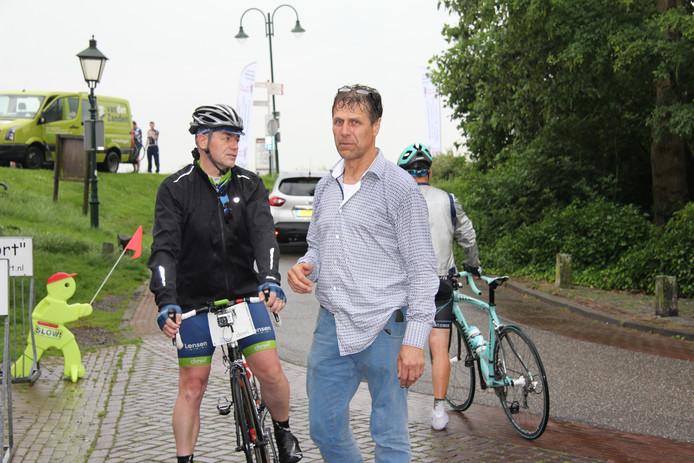 Steunpunt-vertegenwoordiger Tjeu van Ravenstein verwelkomt een van de renners