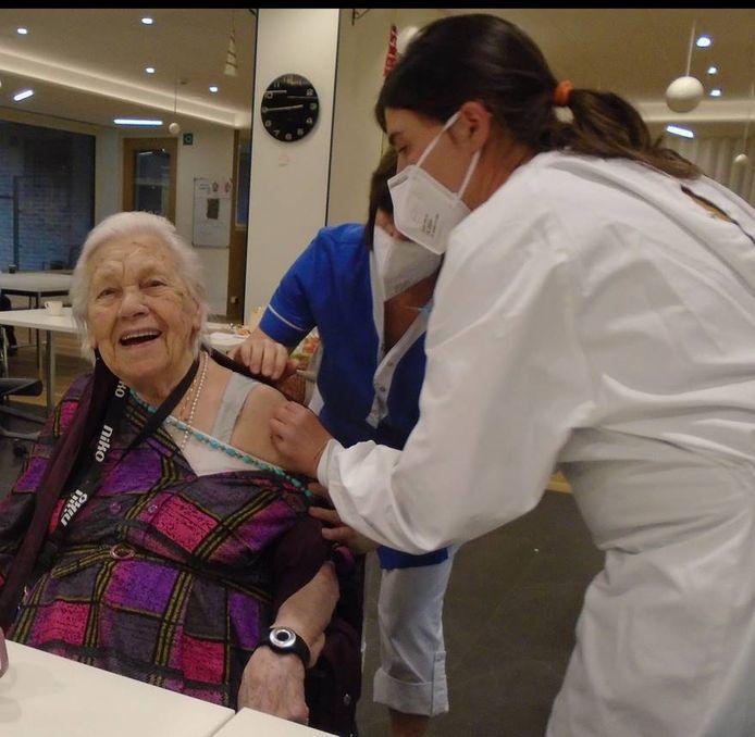 """Een bewoonster van woon-zorgcentrum Sint-Jozef krijgt het vaccin toegediend. """"We hebben allemaal een gevoel van opluchting, maar we blijven wel waakzaam"""", klinkt het."""