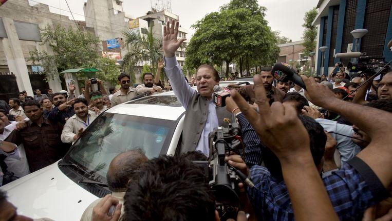 Oud-premier Nawaz Sharif van de Pakistaanse Moslim Liga zwaait naar supporters nadat hij zijn stem heeft uitgebracht. Beeld ap