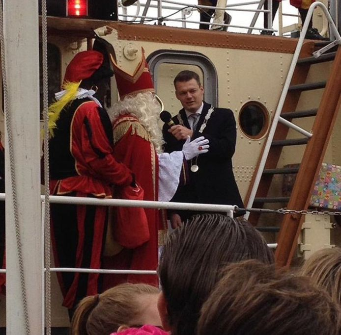 Burgemeester Evert Jan Nieuwenhuis verwelkomt Sinterklaas in Waddinxveen in 2017.