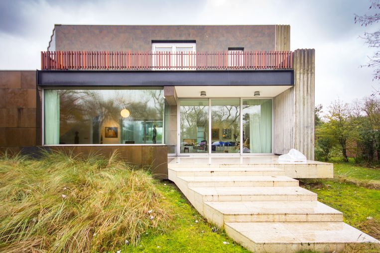De villa telt drie verdiepingen en volgt de contouren van het duinlandschap. Beeld null