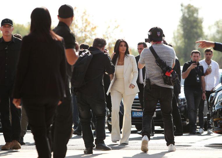 Kim Kardashian bezoekt een congres in Armenië onder grote belangstelling van de pers. Beeld null
