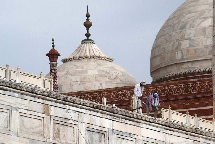 """Des photos prises dimanche par l'AFP montrent qu'une partie d'une balustrade a complètement disparu. """"Une balustrade qui fait partie de la structure d'origine du monument a été endommagée"""", a confirmé à l'AFP le chef des services archéologiques de l'Inde, Vasant Kumar Swarnkar."""