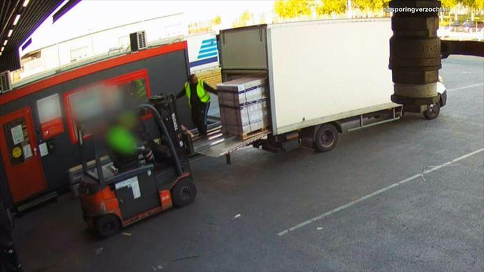 De politie heeft beelden vrijgegeven van een diefstal op een transportbedrijf op luchthaven Schiphol waar voor meer dan een half miljoen euro aan Apple Watches zijn gestolen.