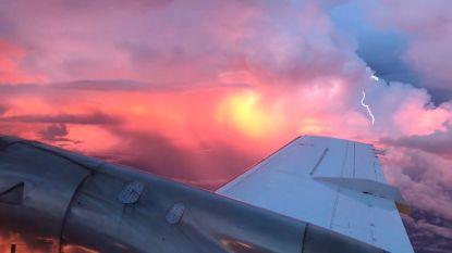 Prachtige zonsondergang (en bliksemschicht) gefilmd vanuit vliegtuig