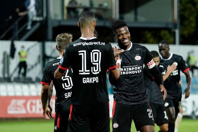 Cody Gakpo en Denzel Dumfries vieren de 1-5 van PSV.