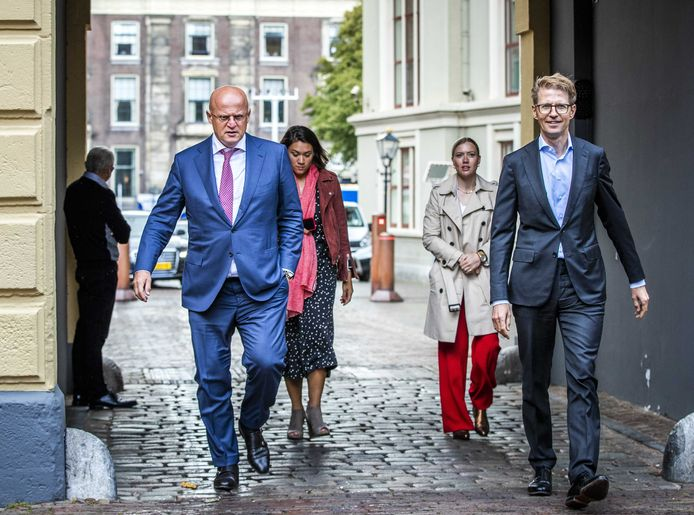 Ferdinand Grapperhaus, minister van Justitie en Veiligheid, en Sander Dekker, minister voor Rechtsbescherming, komen vrijdag aan op het Binnenhof voor de ministerraad.