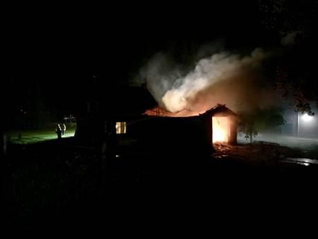 Uitslaande brand verwoest schuur 's-Heer Arendskerke