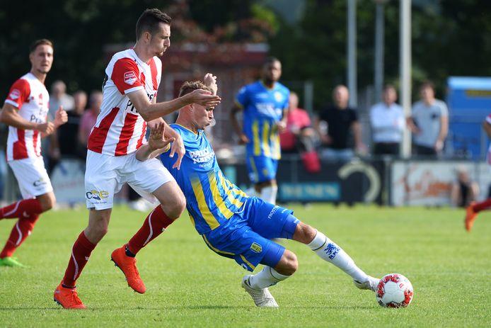Gianni Tiebosch (links) afgelopen seizoen in de voorbereiding in actie tegen Lars Nieuwpoort van RKC Waalwijk.