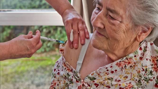 """Burgemeester Vorselaar hoopvol nadat eerste bejaarden in gemeente vaccin kregen: """"Cijfers in ons dorp gaan goeie kant op"""""""