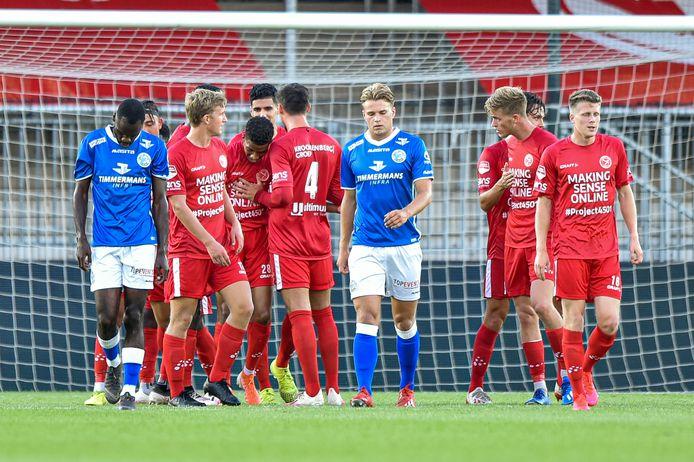 Spelers van FC Den Bosch balen na het doelpunt van Bouyaghlafen.