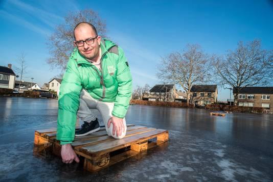 IJsmeester Ivo Hubbers test de dikte van het ijs op het Oranjeplein in Millingen.