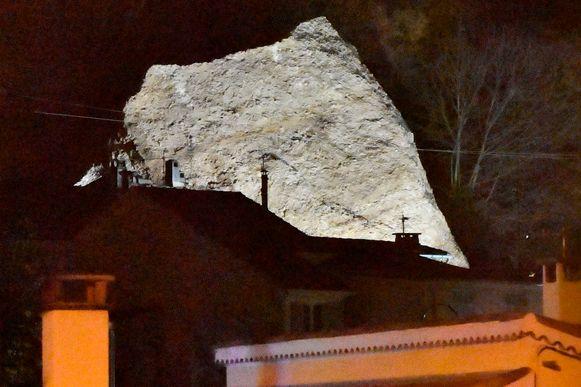 Een deel van een grote rots van de 'Pénitents des Meés'-formatie viel vandaag op enkele huizen na dagen van slecht weer. Zeker twee mensen raakten gewond.