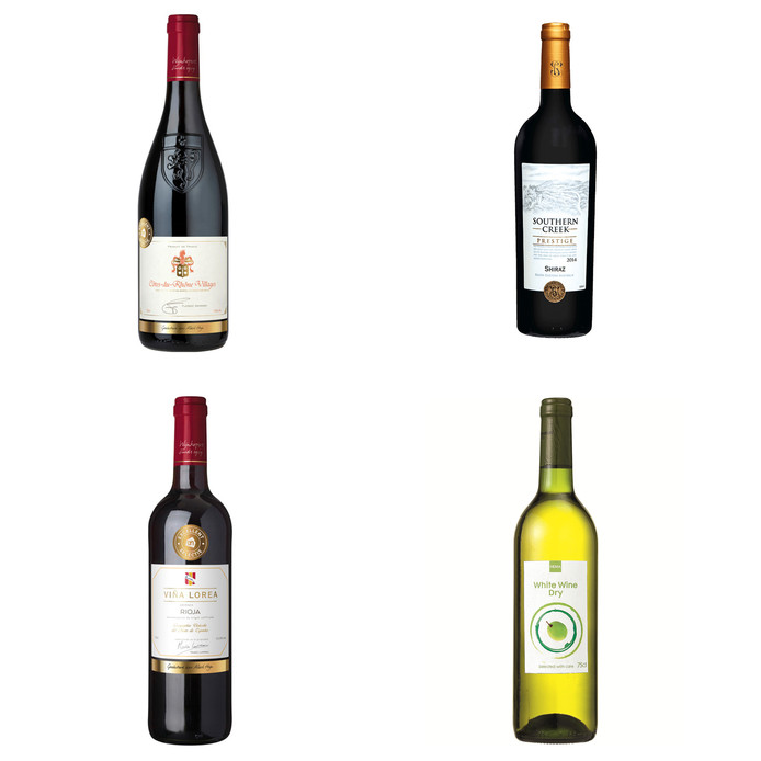 De wijnen vanaf linksboven met de klok mee: AH Excellent Selectie Côtes-du-Rhône Villages AOC 2016 Southern Creek Prestige Shiraz 2017 HEMA huiswijn droog - wit AH Excellent Selectie Viña Lorea Rioja D.O. Crianza 2014