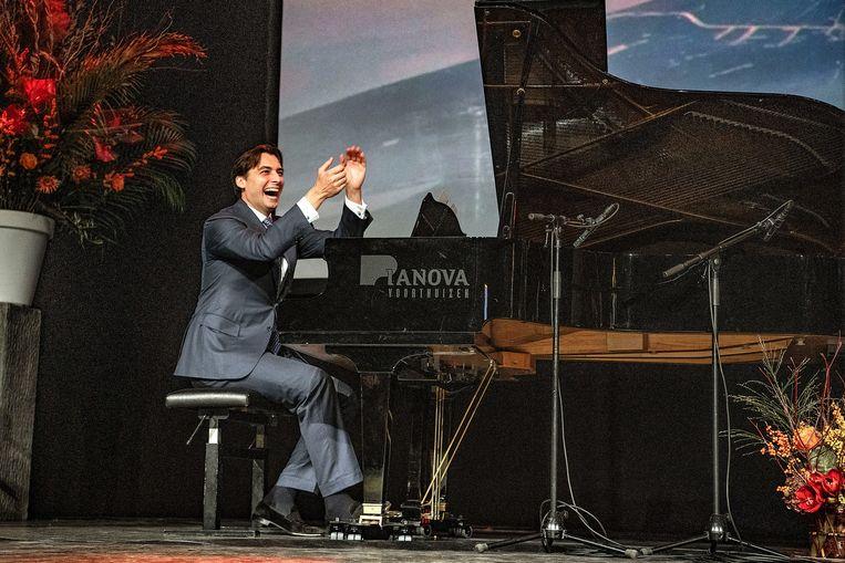 Thierry Baudet begeleidt rapper Lange Frans op piano. Beeld Guus Dubbelman