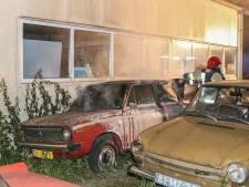 Politie zoekt 'schimmige figuren' op een scooter na mogelijke brandstichting bij oldtimer-bedrijf in Bant
